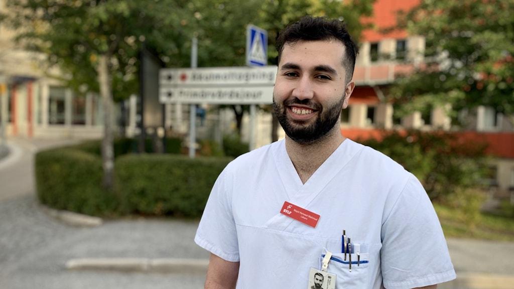 Majid Hameed Mahmud från Varberg som står framför Örnsköldsviks sjukhus.