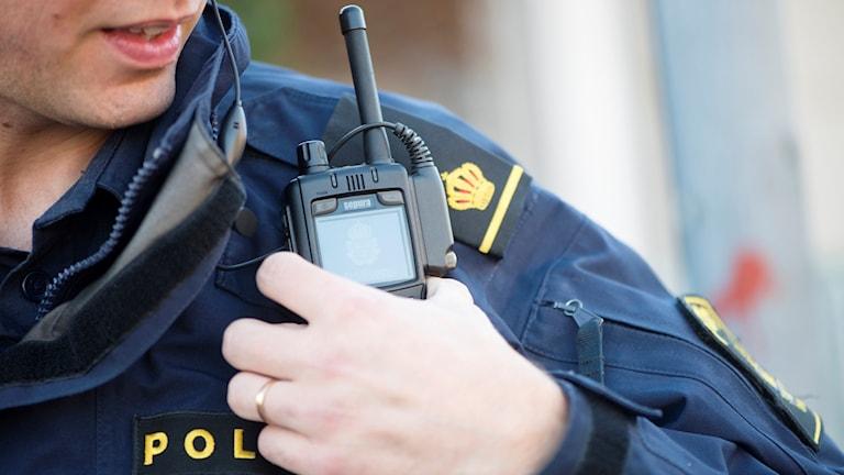 Polis med kommunikationsradio på axeln. Foto: Fredrik Sandberg/TT