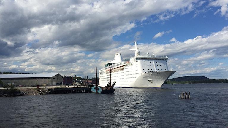 Kryssningsfartyg Ocean Gala har lagt till i Utansjö hamn.