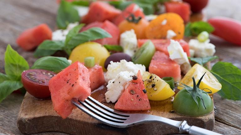 Enkel sommarmat. Tomatsallad med vattenmelon och feta. Foto: Fredrik Sandberg / TT