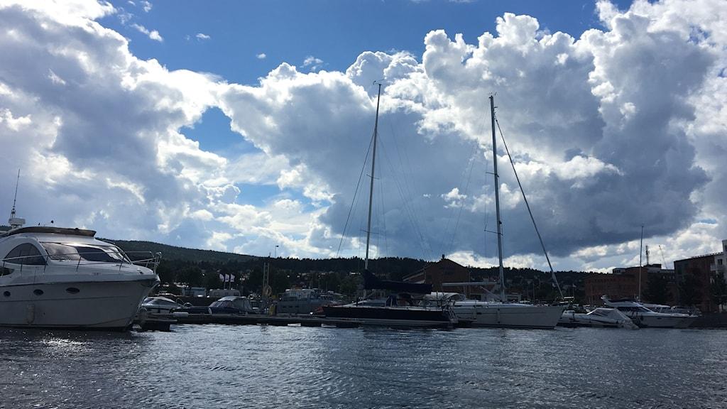 Ett molnigt hamnen i Sundsvall i slutet på juli. Foto: Simon Nilsson/Sveriges Radio.