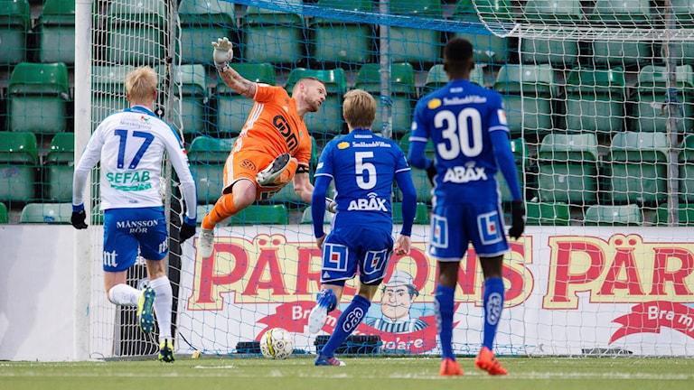Norrköpings Simon Skrabb kvitterar till 2-2 bakom Sundsvalls målvakt Tommy Naurin. Foto: Nils Jakobsson/Bildbyrån