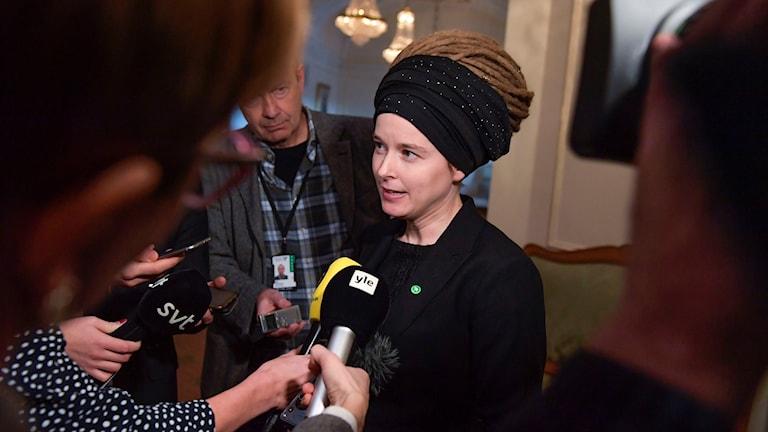 Kulturminister Amanda Lind (MP) pratar med reportrar under en pressträff i riksdagshuset Foto: Jessica Gow/TT