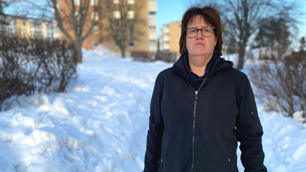 Porträtt på kvinna utomhus i snön