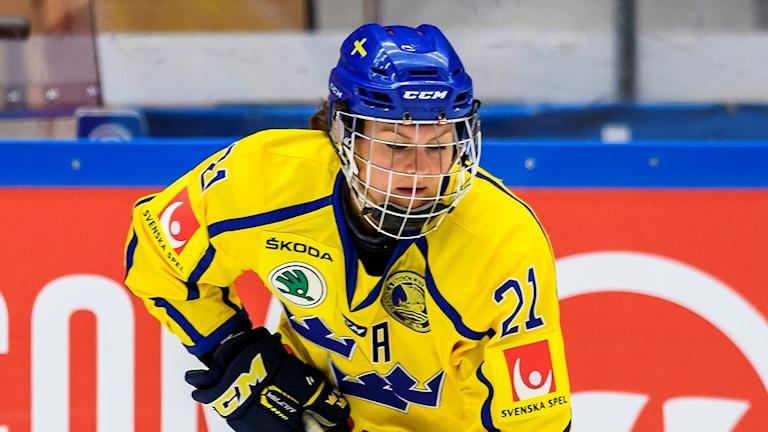 Erica Udén Johansson under en landskamp mot Finland. Foto: Peter Skaugvold/Bildbyrån