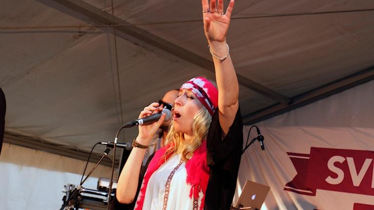 Vinnaren Louise Åslund framför vinnarlåten en gång till i P4-tälten på torget i Kramfors. Foto: Sveriges Radio