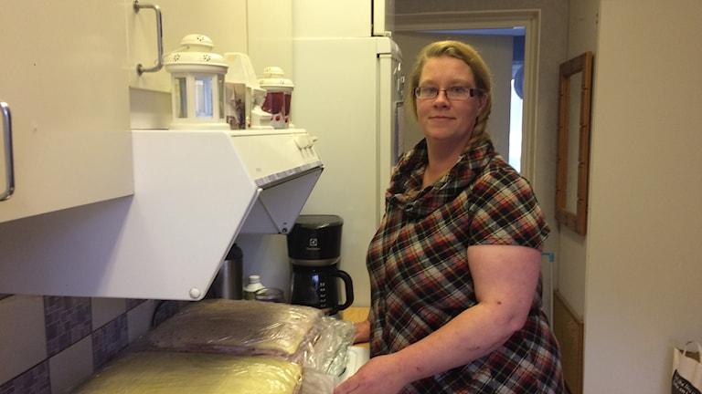 Agnetha Svedberg har bakat tårtor till kvällens firande. foto Ulla Öhman