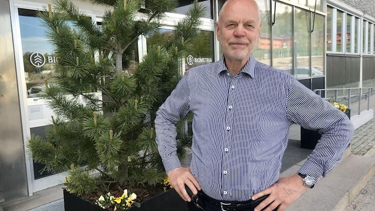 Björn Lyngfelt entré SCA huvudkontor Sundsvall. Man står vid liten tall.