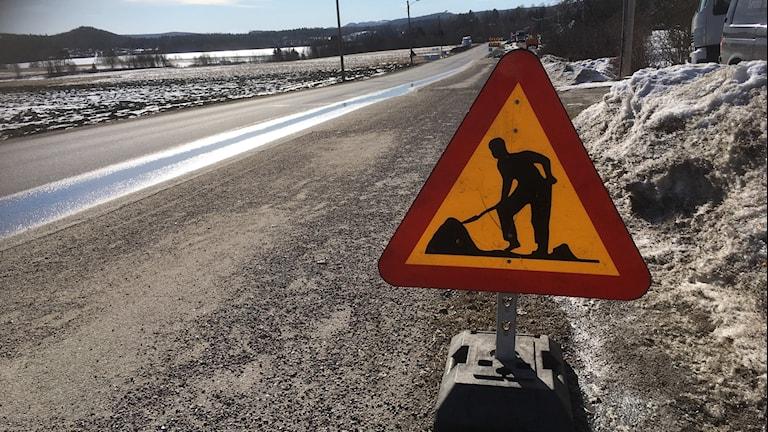 vägarbete, dåliga vägar, dålig väg, tjälskott, vägskada, vägskylt vägarbete pågår