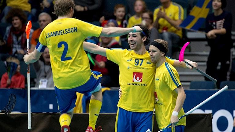 Johan Samuelsson gör ett glädjeskutt i semifinalen i innebandy-VM 2014. Foto: Björn Larsson Rosvall/TT