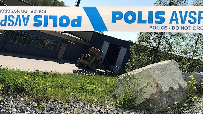 Hjullastaren som användes vid kuppen står kvar inkörd i fasaden. Foto: Alexander Arvidsson/Sveriges Radio