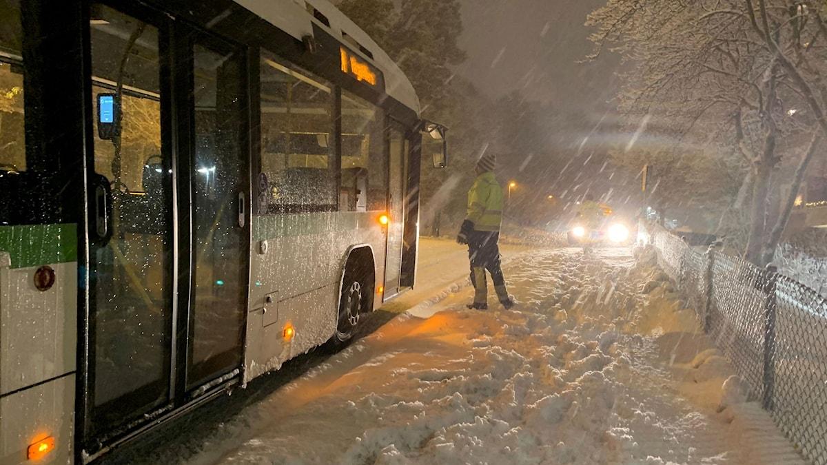 En stadsbuss fastnade i snön i stadsbacken i Sundsvall på måndagseftermiddagen. Foto: Peter Hansson/Sveriges Radio