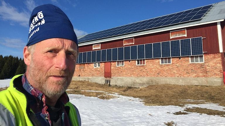 Sven Hjelm vid sin solenergianläggning
