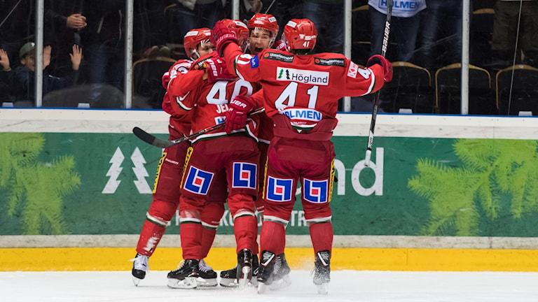 Modospelare firar efter att Kalle Jellvert gjort mål i matchen mot Vita Hästen 2018-11-18. Fotograf: Jonas Forsberg/Bildbyrån