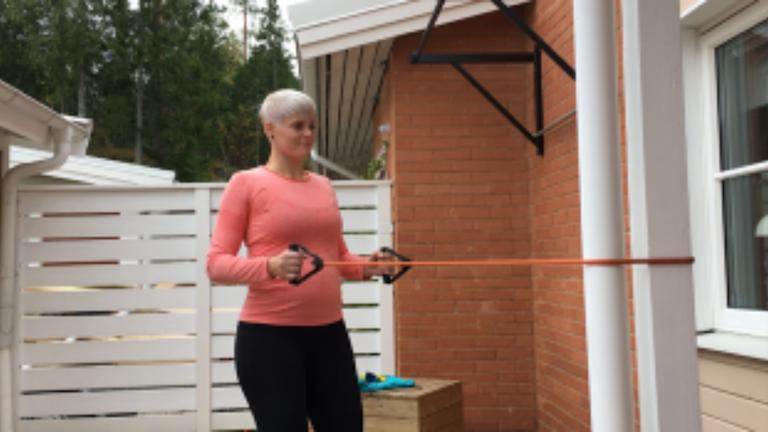 Ida tränare med elastiska band på sin bakgård