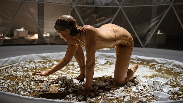Dansare i latex bland 200 000 mjölmaskar