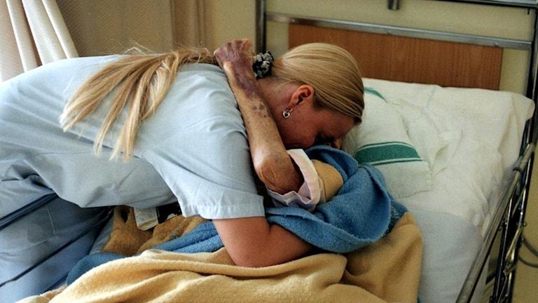 Sjuksköterska med patient. Foto Björn Larsson Ask/TT