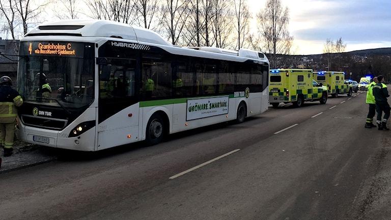 Flera ambulanser med blåljus bakom bussen som tvingades tvärnita. Foto: Anton Kårén/Sveriges Radio