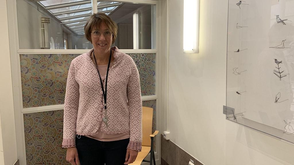Karin Sellgren står inne i huvudentrén till Örnsköldsviks sjukhus.
