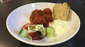 Grekiska köttbullar i tomatsås med grekisk sallad, tzatziki och en brödskiva. Foto: Ann-Charlotte Carlsson/Sveriges Radio