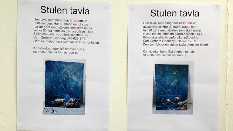 Två efterlysningar sattes upp där de stulna tavlorna hängde i Konsthallen i Kramfors. Foto: Anna Westin/Sveriges Radio