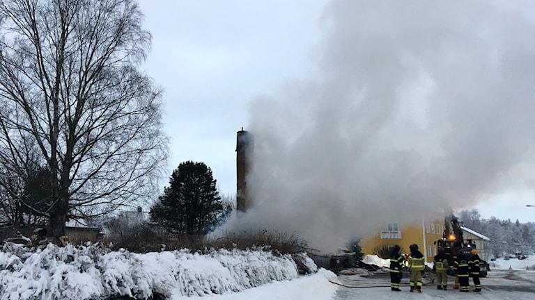 Kraftig rök från det totalförstörda huset där bara skorstenen står kvar. Foto: Peter Hansson/Sveriges Radio