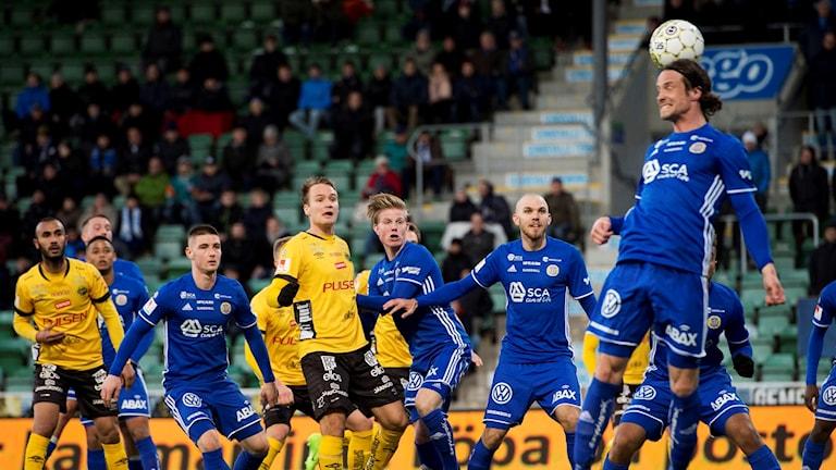 Sundsvalls Linus Hallenius når högst och nickar undan en hörna under fotbollsmatchen i Allsvenskan mellan GIF Sundsvall och Elfsborg den 26 april 2017. Foto: Nils Jakobsson/Bildbyrån