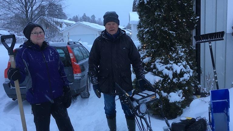 Marianne och Rolf Pålsson röjer snö med lövblåsen