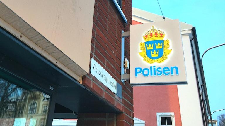 Väggfast skylt med texten Polisen utanför polisstationen i Örnsköldsvik.