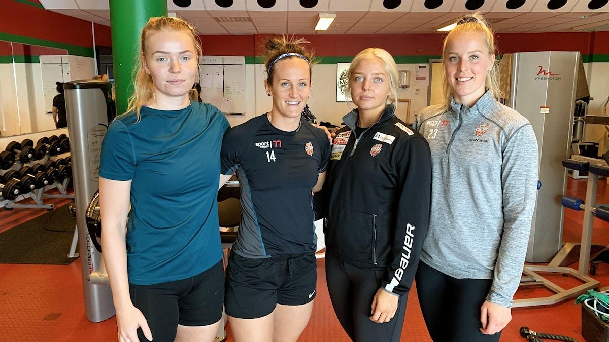 Fyra kvinnor i träningskläder i ett gym