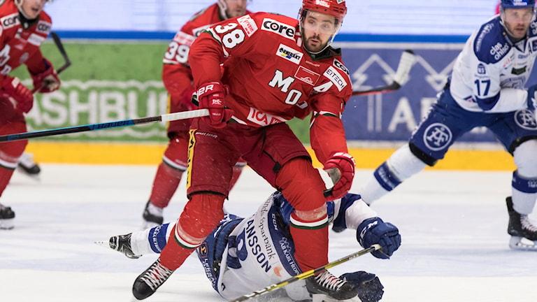 Modos Joakim Hagelin vinner en duell under lördagens ishockeymatch i Hockeyallsvenskan mellan Leksands IF och MODO Hockey