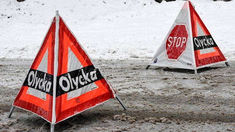 """Räddningstjänsten varnar för en olycka med utställda varningstrianglar med texten """"olycka"""" och """"Stop"""". Foto: Johan Nilsson/TT"""