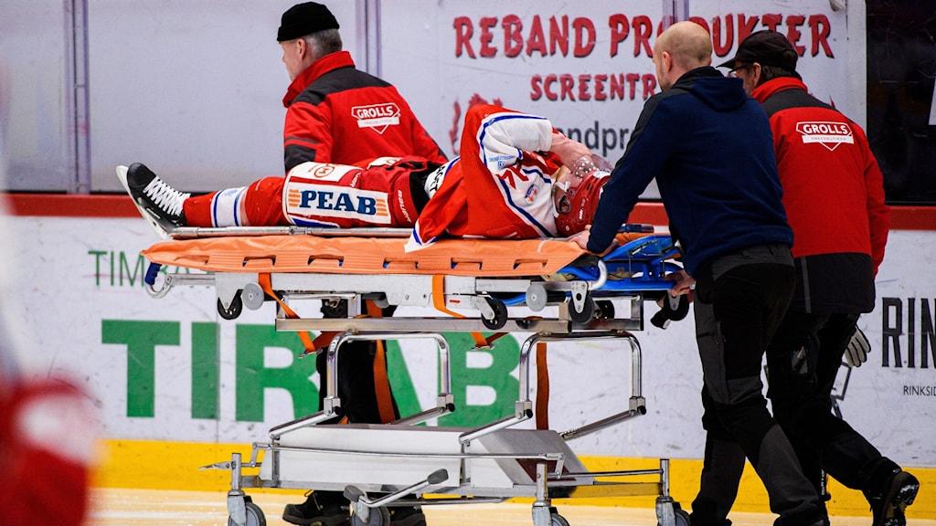 Sebastian Hartmann skadad. Blev utburen på bår.