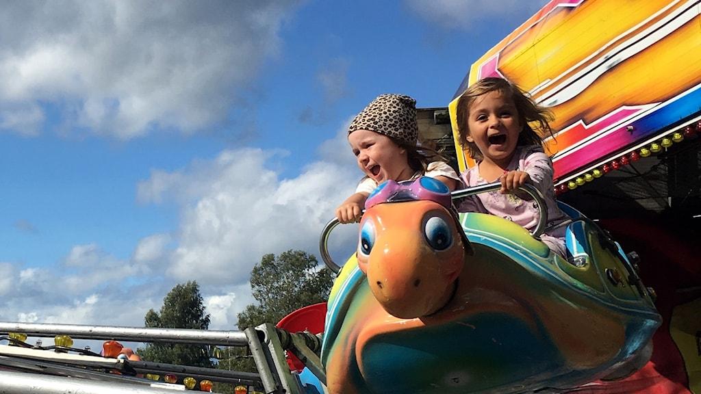 """Veckans vinnare i fototävlingen #p4västernorrlandbild. Vilja och hennes kompis Irma sitter överlyckliga i en karusell och """"flyger elefant"""". Foto: Lotta Johansson/PRIVAT"""