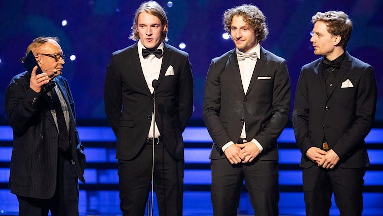 Börje Andersson-Junkka delar ut priset till Årets lag herrstafettlaget i skidskytte med Sebastian Samuelsson, Peppe Femling och Jesper Neli