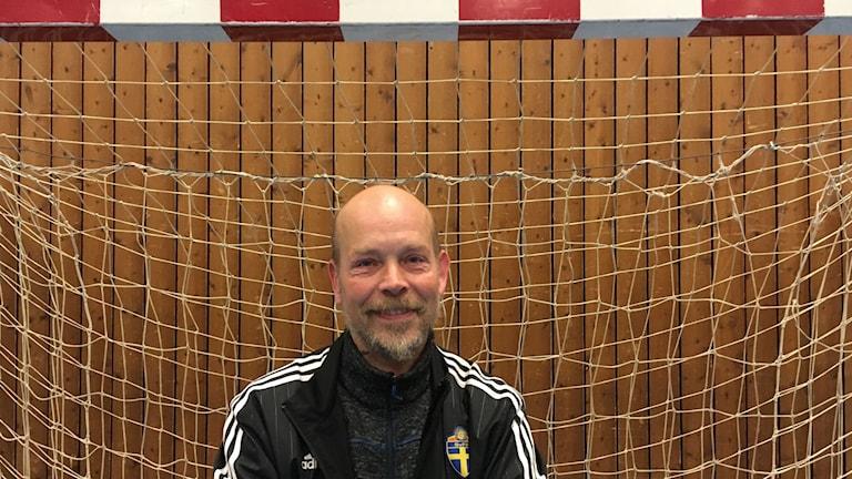Leanord Forsberg står i ett mål i en idrottshall