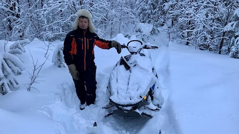 Pär-Mikael Åhrén vid sin skoter