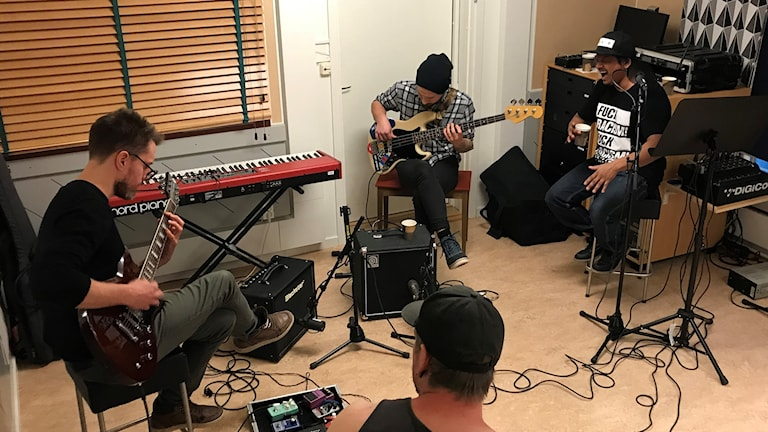 abram cove i studion. Foto: Fredrik Birging/Sveriges Radio