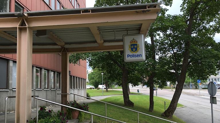 Ingången till Polishuset i Härnösand. Foto: Alexander Arvidsson/Sveriges Radio