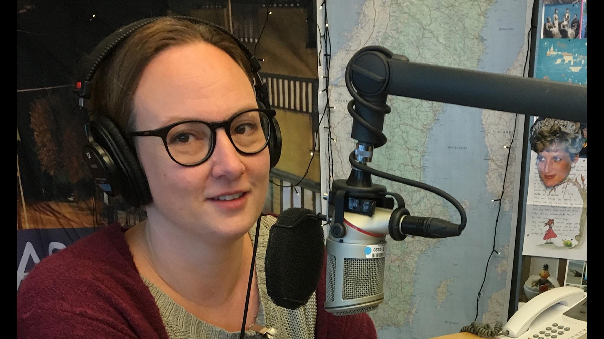Jessica Schiefauer läser sin radionovell Barnen som lekte i Hinternasswald