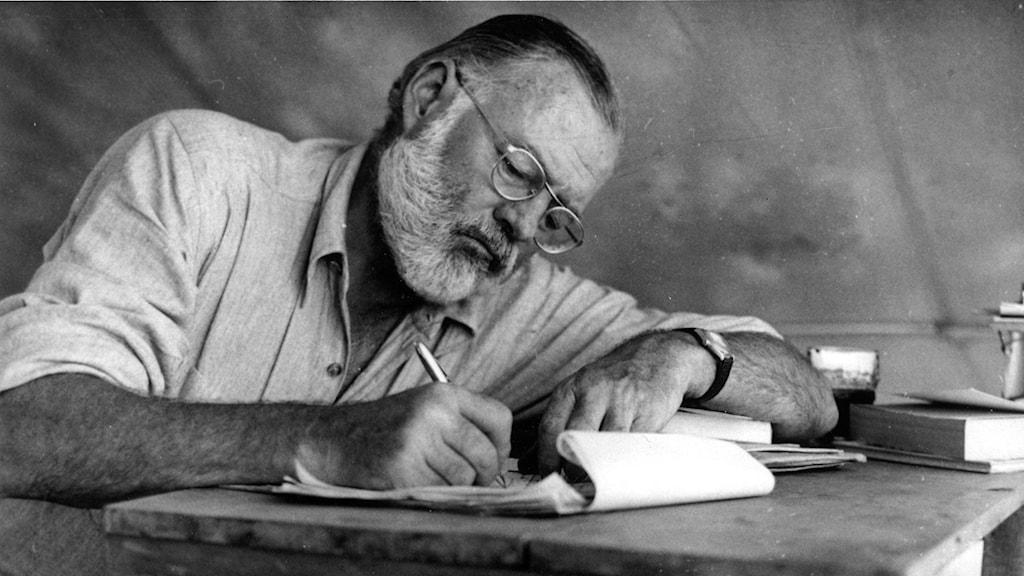 Ernest Hemingway skriver