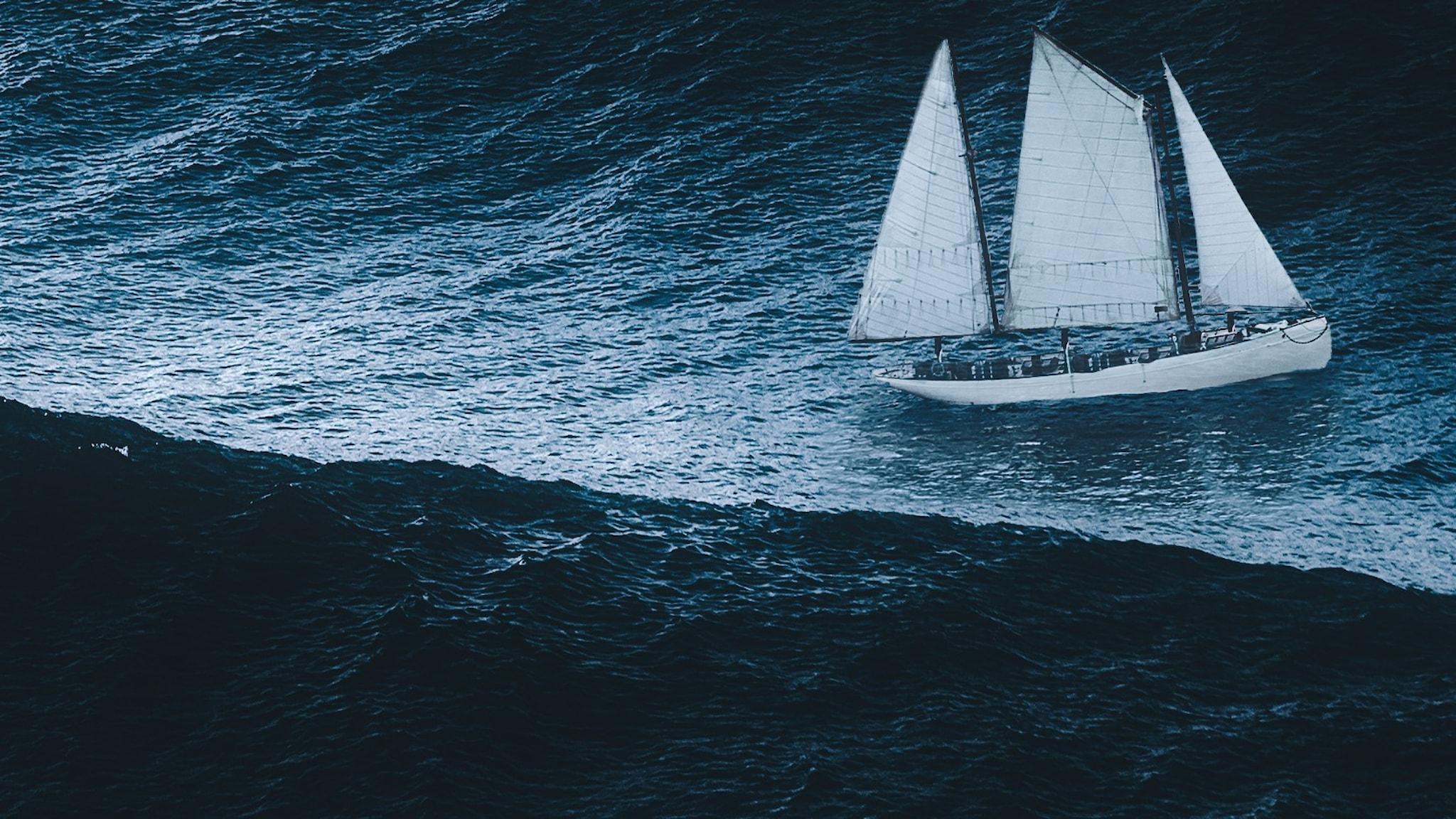 Bild på segelbåt i storm. Används som omslagsbild till ljudboken Rebecca av Daphne du Maurier i uppläsning av Kerstin Andersson