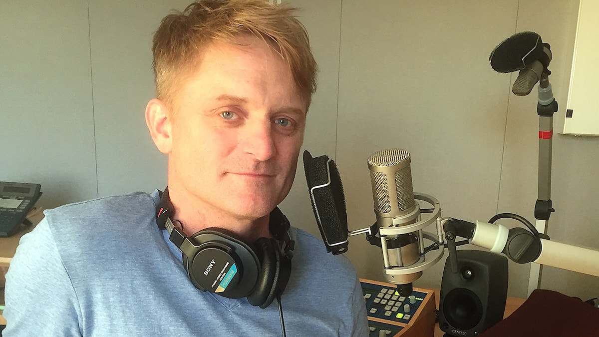 Martin Sundbom i en radiostudio med lurar om halsen.