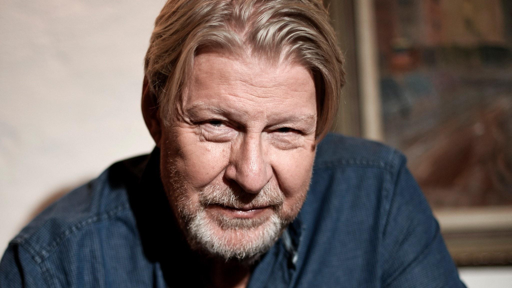 Rolf Lassgård ler och kollar in i kameran.