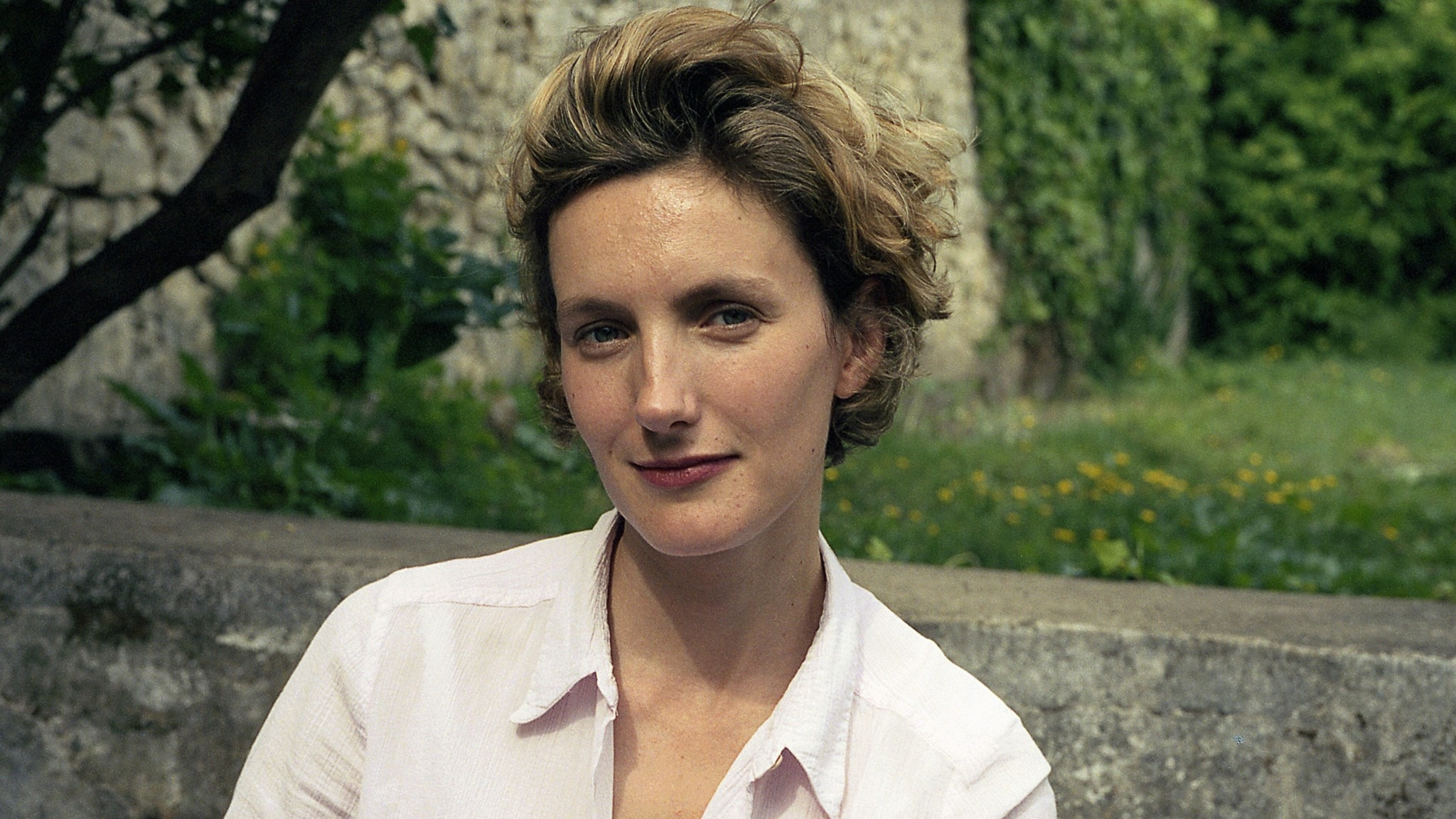 Anna Gavalda fotofraferad i närbild utomhus