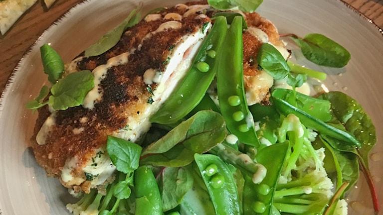 kyckling cordon bleu med primörsallad