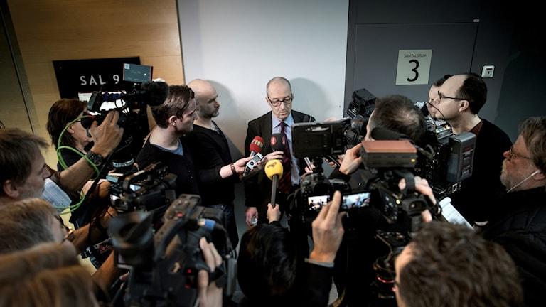 Kammaråklagare Johan Fahlander intervjuas.