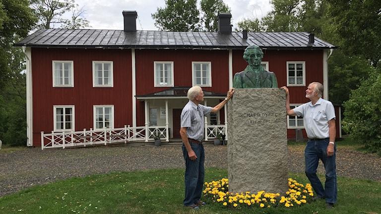 Örjan Andersson, arkivansvarig på Odensvi hembygdsförening och Henry Segerström som gett ut en bok med Dybecks texter.