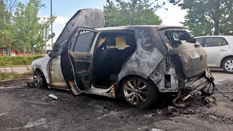 Bilen blev helt utbränd, och två bilar intill fick utvändiga skador.