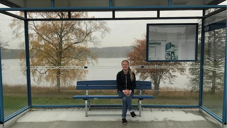 """Marina Kirijärvi sitter i kuren på """"Sveriges vackraste busshållplats""""."""
